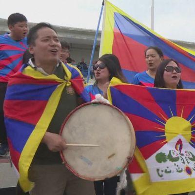 Tibetanska fans på läktaren