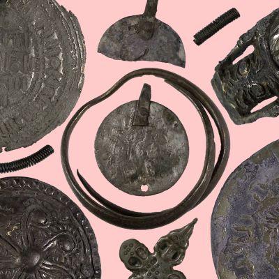 Rautakautisia hopearahoja ja -koruja.
