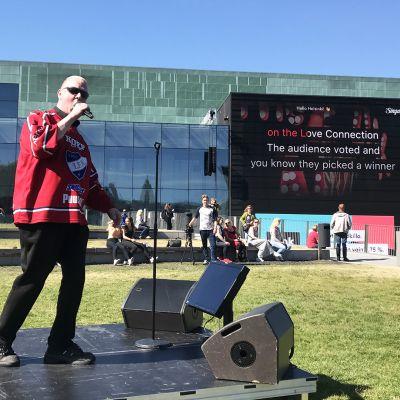 Helsinki-karaoke tapahtuma Musiikkitalon edustalla.
