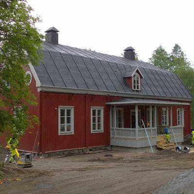 Kansallismuseon kuva Iisalmen pappilan restaurointitöistä Seurasaaressa Helsingissä.