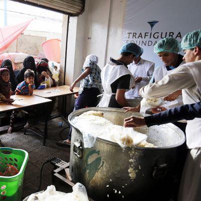 Ruoka-avun jakopiste Sanaassa Jemenissä.