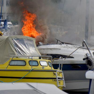 Vene palaa Lappeenrannan satamassa