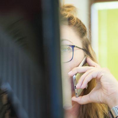 Nainen puhelimessa.