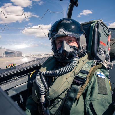 Bottas ja Rovanperä taistelivat hävittäjillä ilmatilan herruudesta  – yltyivät myös temppuiluun 16 000 ihmisen yläpuolella