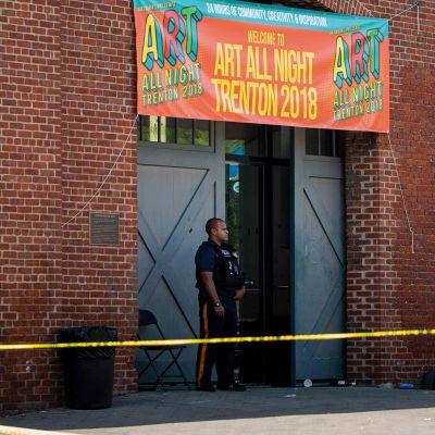 Poliisiviranomainen onnettomuuspaikan edustalla Trentonissa ammuskelua seuraavana päivänä 17. kesäkuuta.