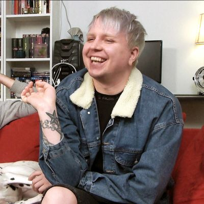 Sohvaperunoiden Perttu ja Jarno nauravat sohvalla.