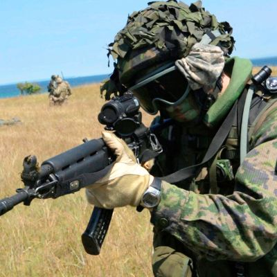 Suomalaissotilas yhteisharjoituksessa heinäkuussa 2015 Ravlundassa, Ruotsissa.