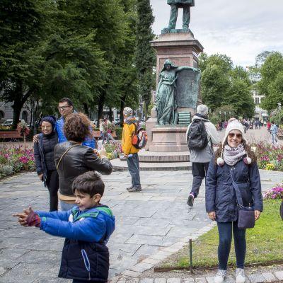 Meksikolaisia turisteja Esplanadin puistossa.