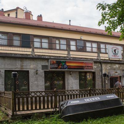 Entisen ravintola Lekkerin kiinteistö Kuopion Niiralassa.