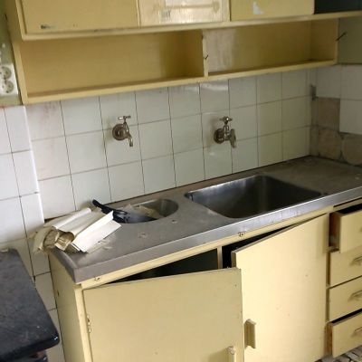 Pulu ränsistyneen keittiön lavuaarissa