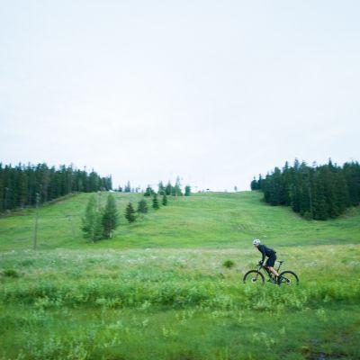 Pyöräilijä rinteessä.