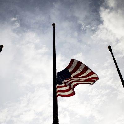 Yhdysvaltain lippu puolitanfossa.