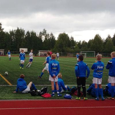 Jalkapallopelissä pelaavat rovaniemeläinen RoPS ja petroskoilainen FC Petrozavodsk