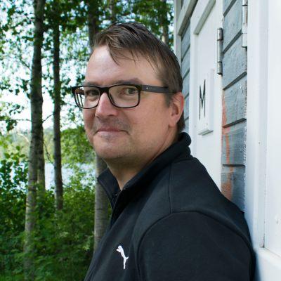Timo J. Tuikka katsoo kameraan.