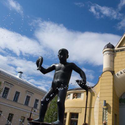 Veljmies-patsas Kuopion kauppahallin edustalla.