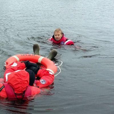 Pintapelastusharjoituksessa meripelastusseuran junioreita ja ohjaamassa Pasi Lassuri