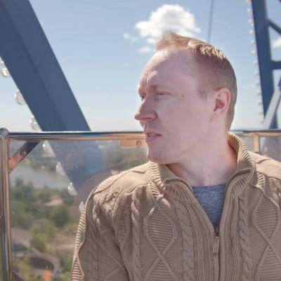 Teppo Mattsson katsoo maisemia Linnanmäen maailmanpyörässä.