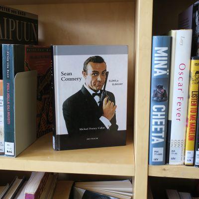 Elokuva-aiheisia kirjoja kirjaston hyllyssä.