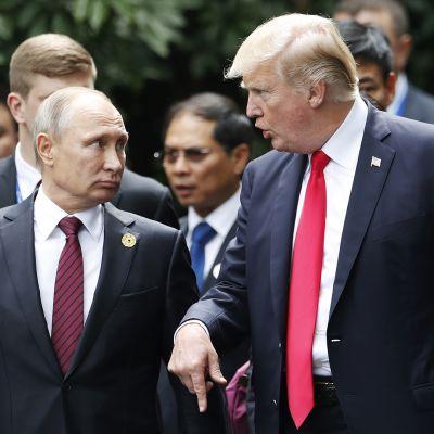 Venäjän presidentti Vladimir Putin ja Yhdysvaltain presidentti Donald Trump keskustelemassa APEC:n huippukokouksessa Vietnamissa marraskuussa 2017.