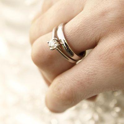 Vihkisormus jossa timantti vasemman nimettömässä.