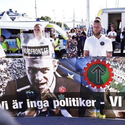 Nordiska motståndsrörelsen -uusnatsijärjestön jäsenet osoittavat mieltään.