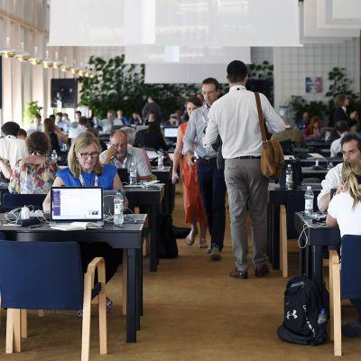 Toimittajia Finlandia-talon lehdistökeskuksessa.