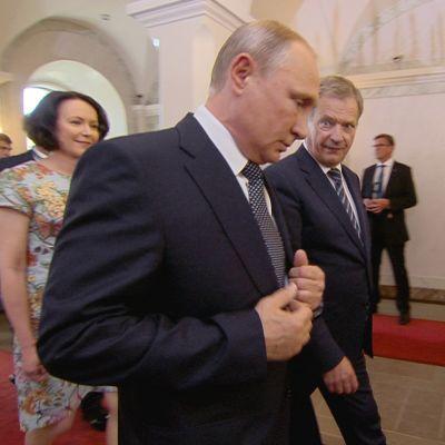 Vladimir Putin saapuu Sauli Niinistön seurassa presidentinlinnaan.