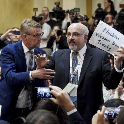 Mies osoitti mieltään presidentinlinnan tiedotustilaisuudessa