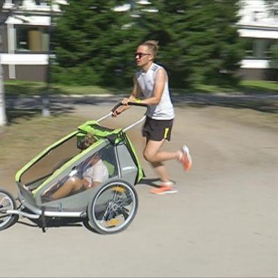 Jukka Vaara juoksee lastenvaunun kanssa