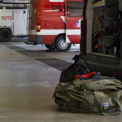 Kassi paloaseman hallin lattialla.