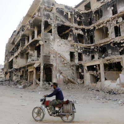 Sodassa tuhoutuneita rakennuksia Damaskoksessa 15. heinäkuuta.