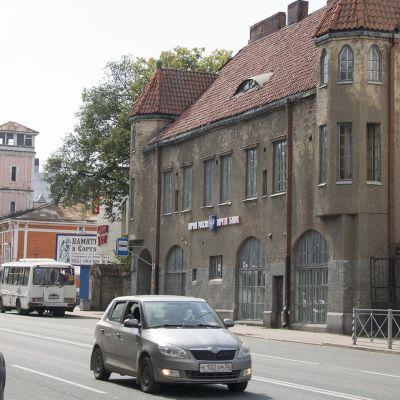 Postipankki ja paloasema Sortavalan pääkadulla.