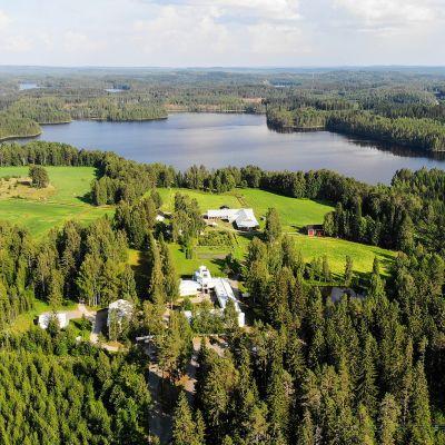 metsää ja järveä ja Lintulan luostari