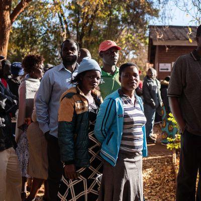 Ihmiset jonottavat äänestämään.