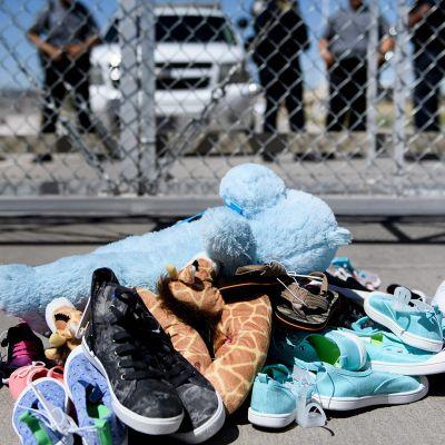 Perheistään erotettujen lasten kenkiä.