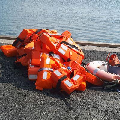 Vesibussista pelastettujen matkustajien pelastusliivit Pietarsaaren satamassa.