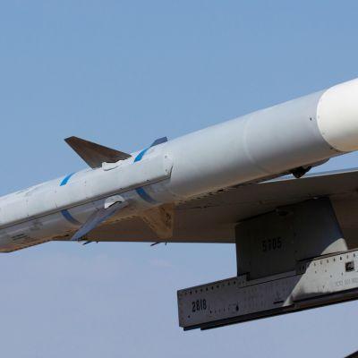 Amraam -ilmataisteluohjus kiinnitettynä hävittäjän siipeen.