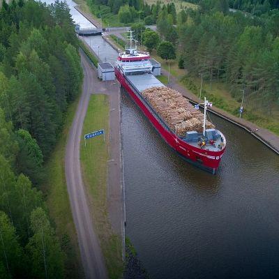 Rahtilaiva Saimaan kanavalla.