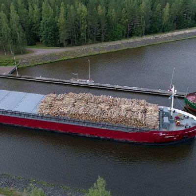 Rahtilaivat Saimaan kanavalla.