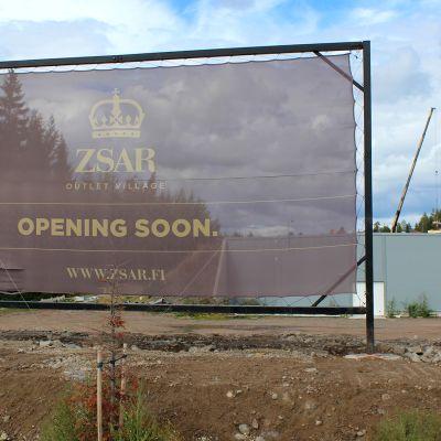 Zsar-ostoskylän rakennustyömaan kyltti