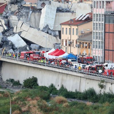 Romahtanut moottoritiesilta Genovassa.