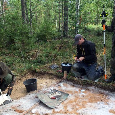 Arkeologiset kaivaukset Simon Tainiarossa. Kolme vapaaehtoista kaivajaa.
