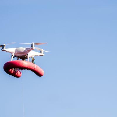 Drone sinisellä taivaalla.