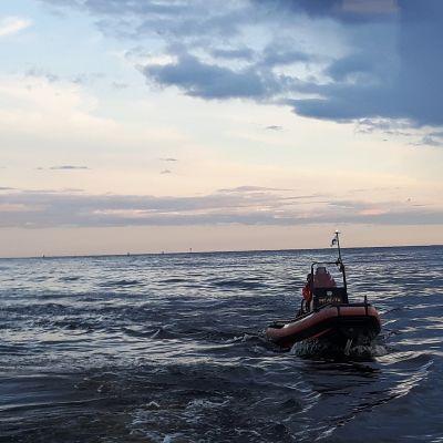 Meripelastusseuran vene merellä tuulimyllyn edustalla.