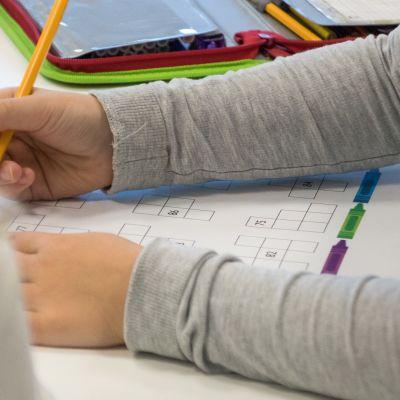Oppilas tekee tehtäviä tunnilla