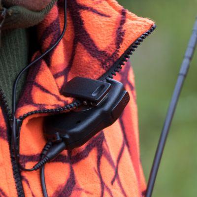 Metsästäjän kauluksessa radiopuhelimen tangetti