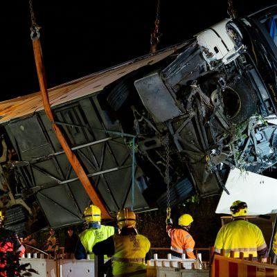 Onnettomuusbussi nostettiin myöhään perjantai-iltana pois rautatieltä