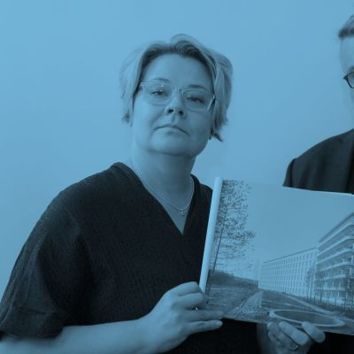 Leena Rossi ja Tommi Lndh pitelevät käsissään kuvaa Alvar Aallon suunnittelemasta Paimion parantolasta