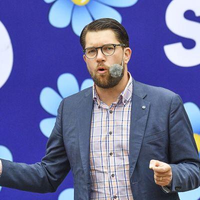 Ruotsidemokraattien Jimmie Åkesson vaalitilaisuudessa Landskronassa.