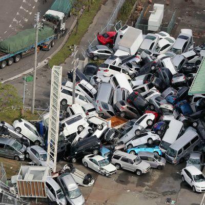 Myrskytuuli puski autot kasaan Koben kaupungissa.